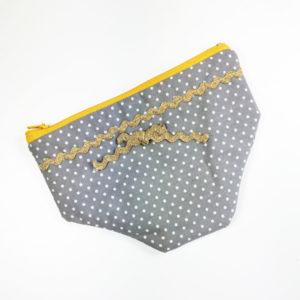 Schlüpfertasche klein grau gepunktet mit goldenem Band