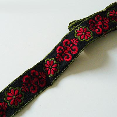 Band rote Blume und Ornamente