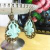 Ohrringe gestickte Lilie in mint mit Ornament aus Metall