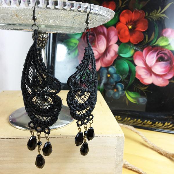 Ohrringe gestickte Spitze Ornament in schwarz mit schwarzen Perlen