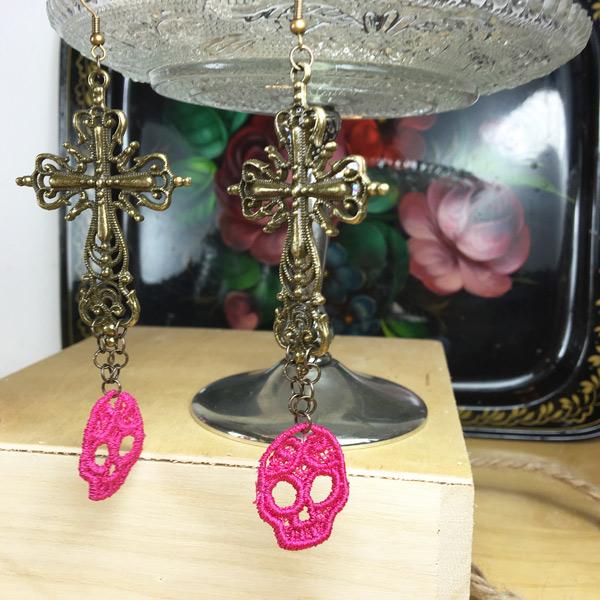Ohrringe gestickte Spitze Totenkopf in Pink mit grossem Metall-Kreuz