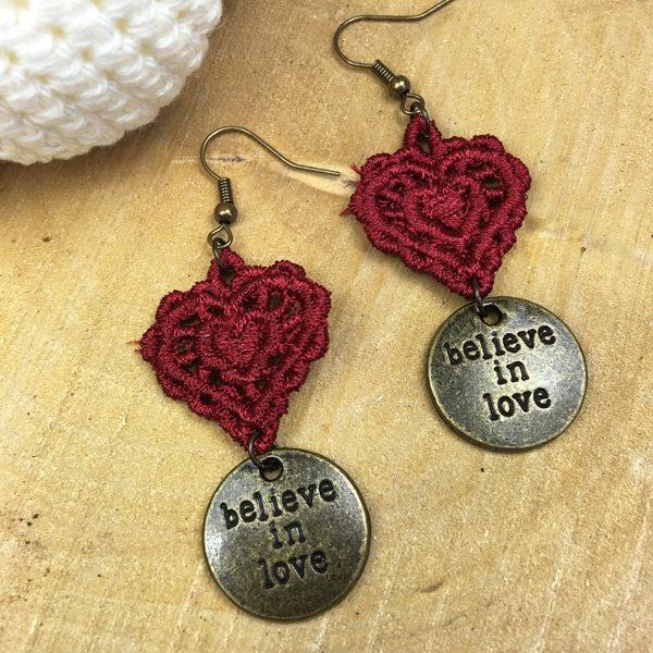 Ohrringe Spitze rotes Herz mit Believe in Love-Anhänger