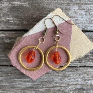 Ohrringe mattes gold, edel mit Glasperle rot