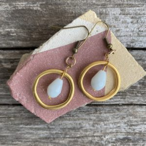 Ohrringe mattes gold, edel mit Glasperle weiss