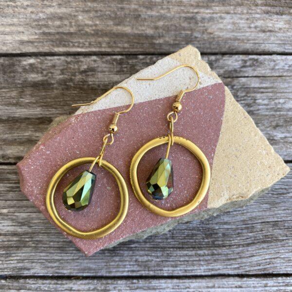 Ohrringe mattes gold, edel mit Glasperle grün schimmernd